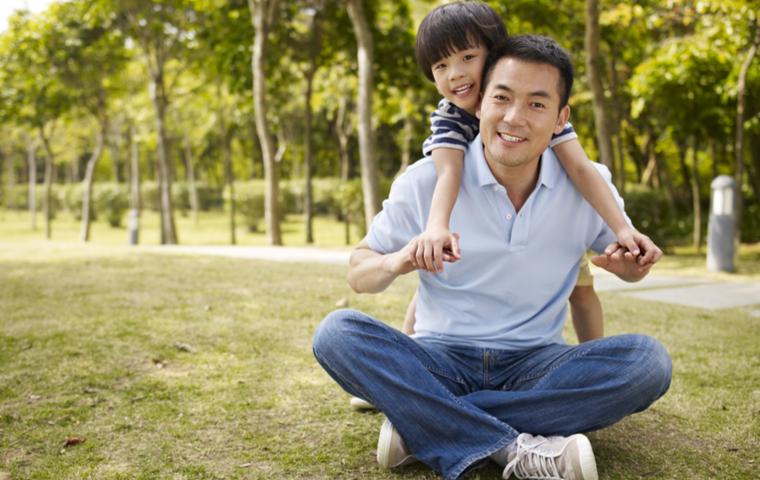 公園にいる子供と父