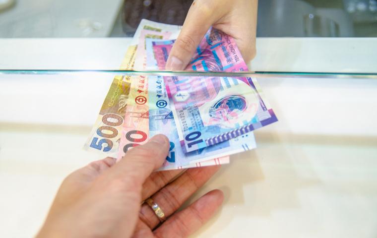 香港ドルを手渡す手首