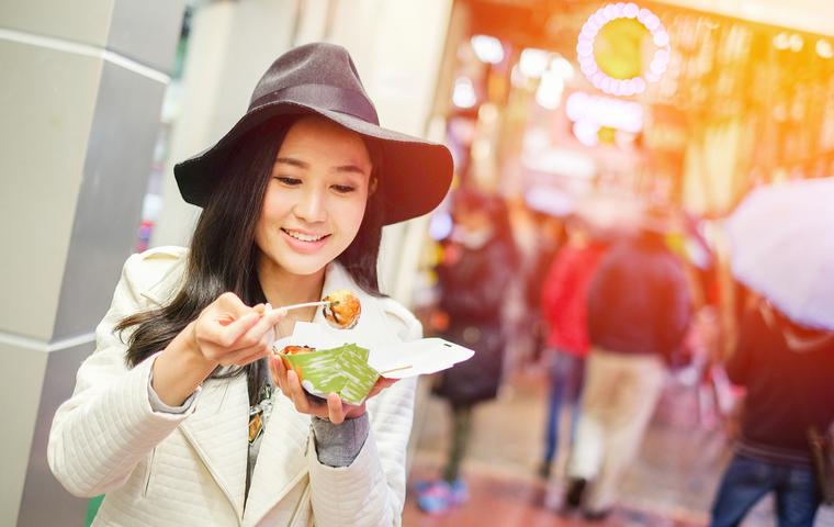香港デザート食べる女性